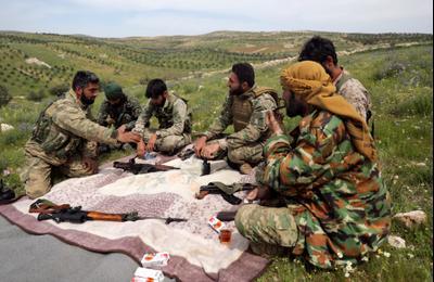 Сирийские боевики, поддерживаемые Турцией, пьют чай в Джабал аз-Завия, Сирия, 15 апреля 2020 г.