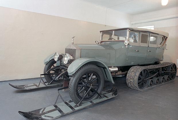 На основе шасси Rolls-Royce Silver Ghost построили уникальные в своем роде автомобильные сани. Из-за этого скорость снизилась со 135 километров в час до 60 Фото: Николай Акимов / Дмитрий Соколов / ТАСС